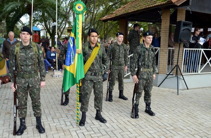 Jovens fazem juramento a Bandeira