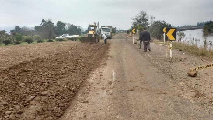 Secretaria de Obras realiza desvio as margens da estrada da Linha do Rio