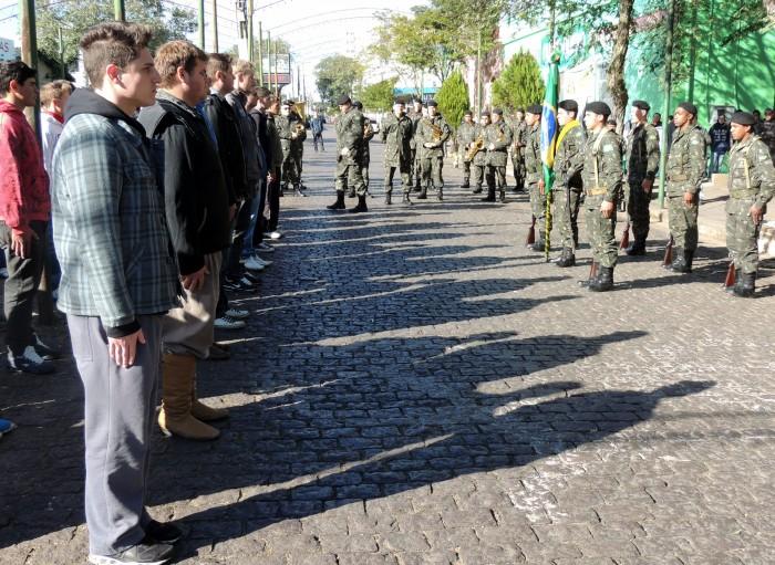Jovens fazem juramento a Bandeira em Candel�ria