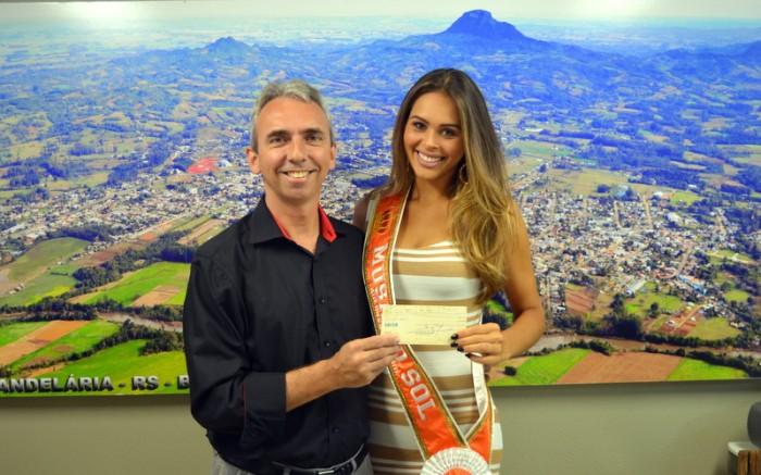Musa do Sol recebe prêmio das mãos do prefeito Paulo Butzge